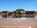 Carreta com 28 toneladas de couro tomba no trevo de Acorizal