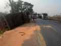 Motorista desvia de buraco e tomba caminhão carregado de milho em Jangada