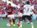 Flamengo vence e mantém o Corinthians distante da ponta da tabela
