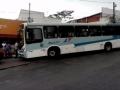 Ônibus perde o freio, invade o ponto e atropela duas pessoas na Praça Maria Taquara